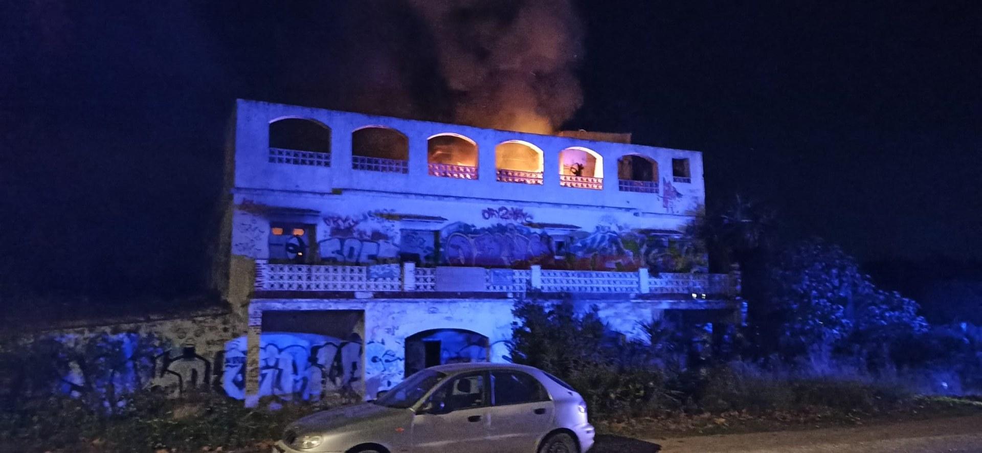 Incendi d'una casa abandonada, l'antic Acapulco, al Passeig de Vilanova