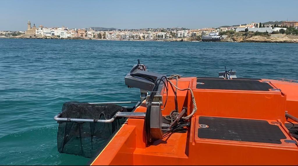 L'Ajuntament de Sitges inicia la neteja de plàstics del litoral sitgetà