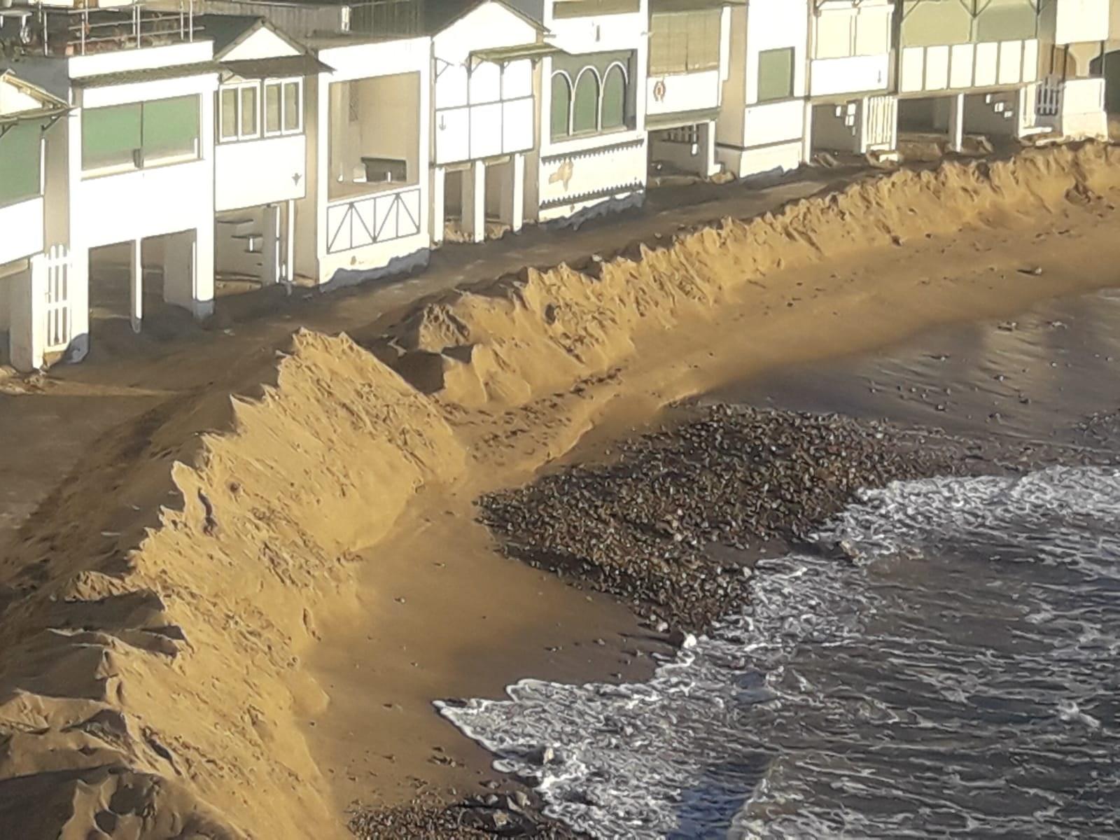 L'Ajuntament neteja la sorra acumulada a les casetes de Garraf