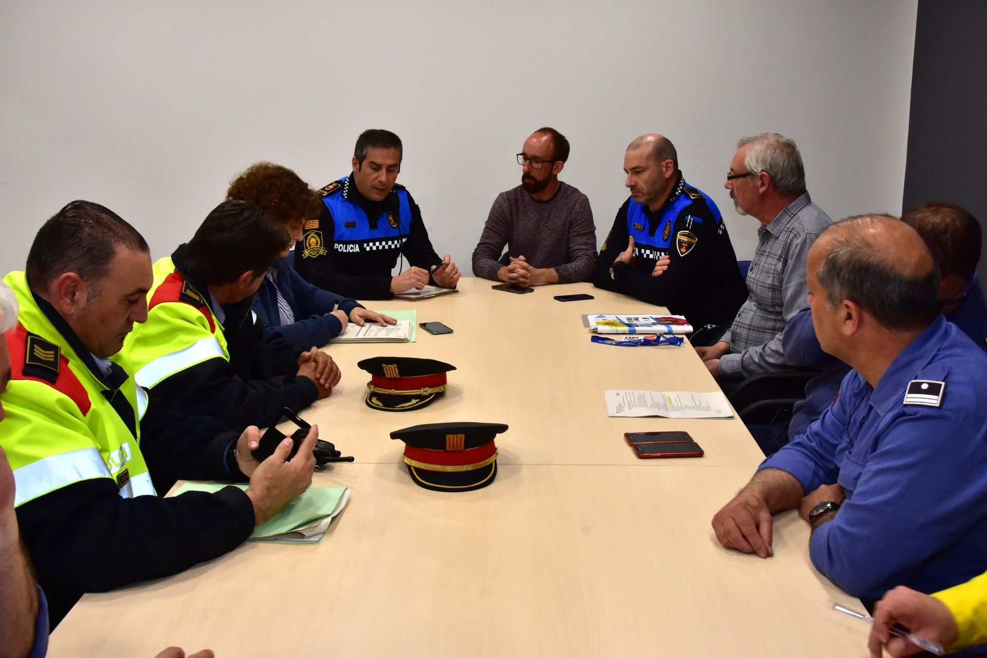 Arxiu: L'alcalde de Sitges i responsables dels cossos de seguretat repassant el dispositiu abans de l'inici de les rues