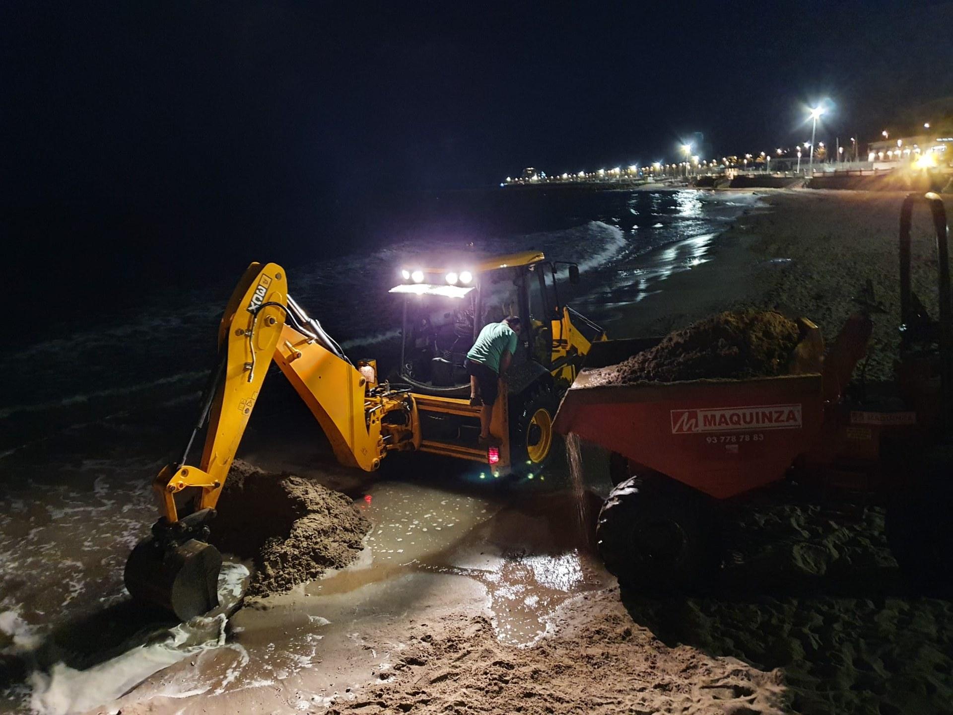 Les platges de Sitges recuperen sorra amb maquinària retroexcavadora