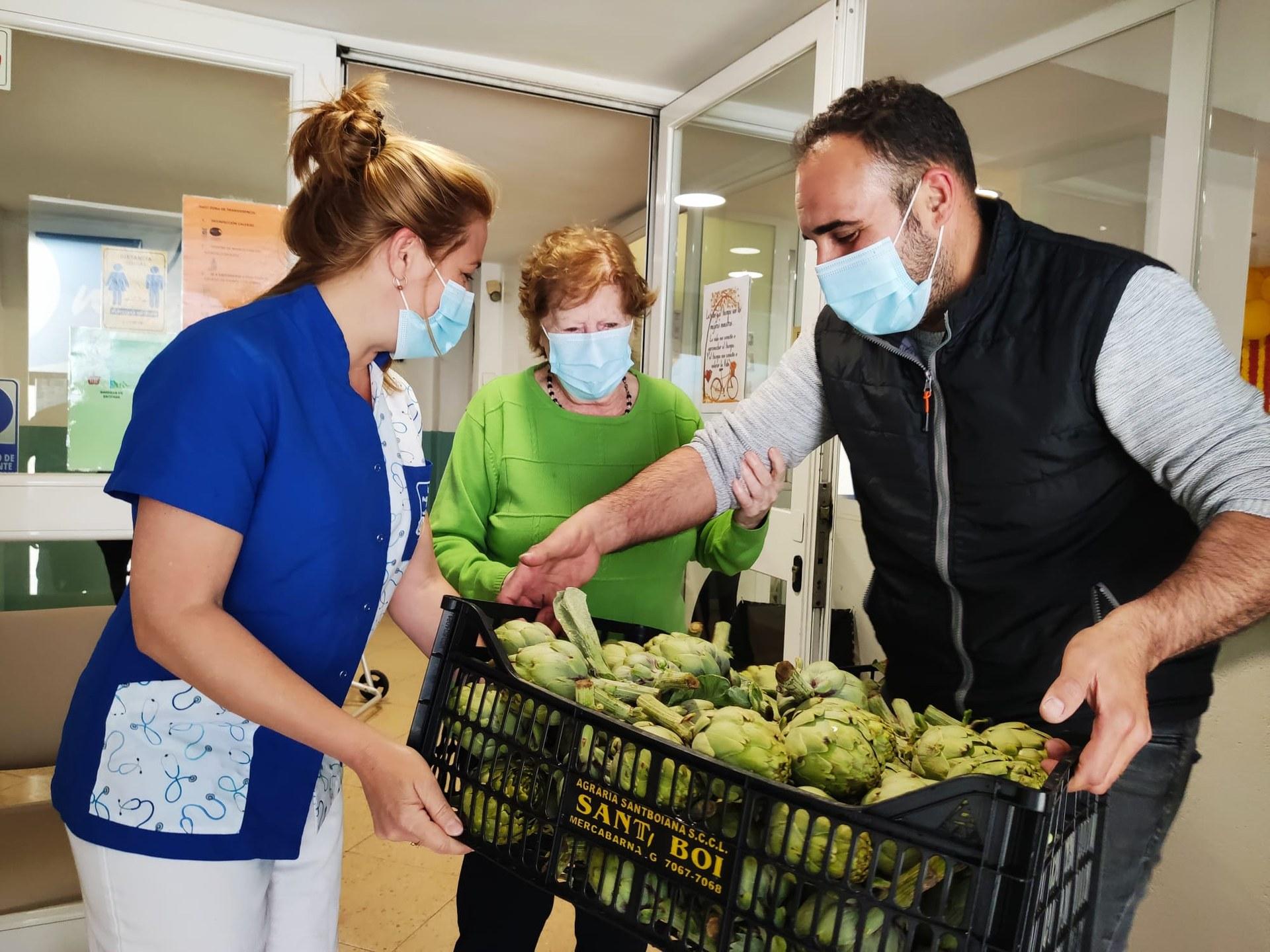 Les residències de gent gran de Sitges reben 250 quilos de carxofes del Baix Llobregat