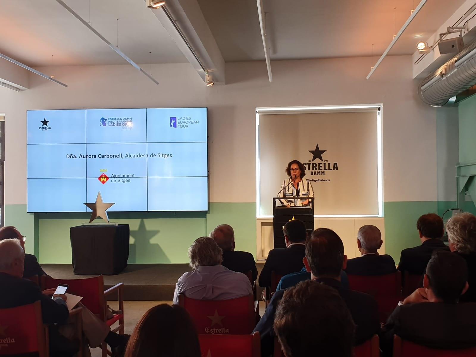 L'alcaldessa de Sitges, Aurora Carbonell, durant la presentació del torneig a l'antiga fàbrica Estrella Damm