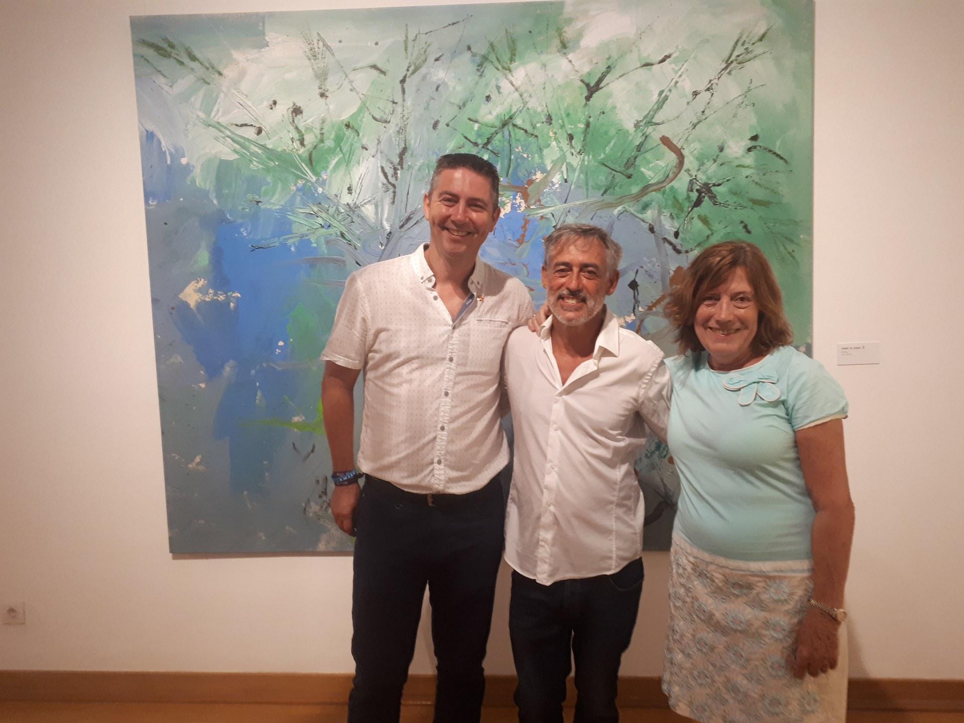 El regidor David Martínez, l'artista Albert Llobet Ascaso i la comissària de la mostra i artista Montse Marcet el dia de la inauguració