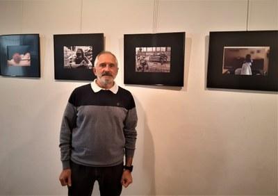 Andreu Noguero -president Secció Fotogràfica del GES  a l'exposició 'Conviure amb la Covid-19'.jpg
