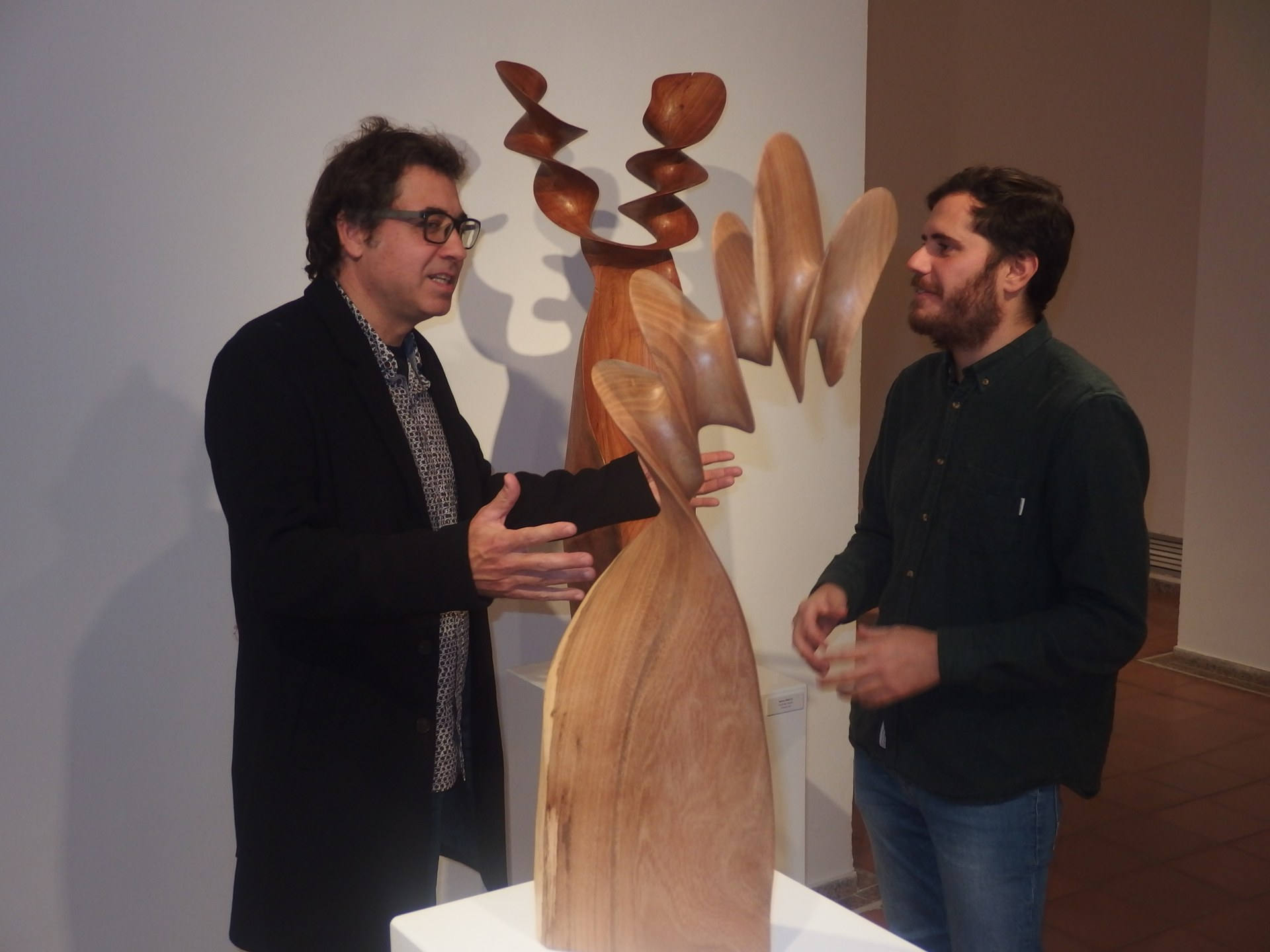 L'escutor Xavier Puente i el regidor Xavier Salmerón a la mostra d'escultures 'Xavier Puente'