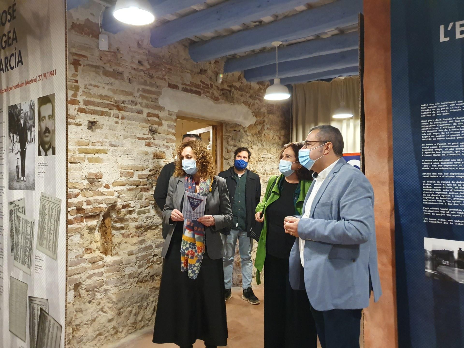 La consellera de Justícia, Ester Capella, durant la seva visita a la mostra el passat 17 de novembre