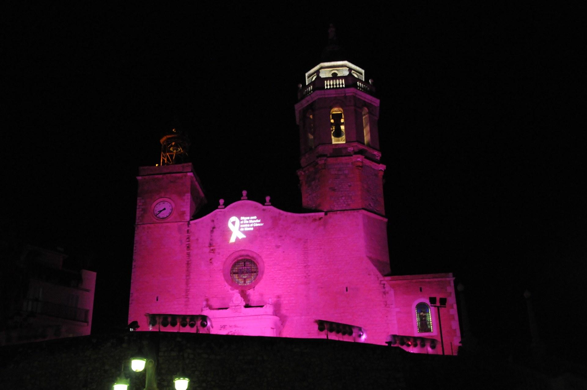 La façana de la parròquia de Sant Bartomeu i Santa Tecla tornarà a il·luminar-se de rosa aquest dissabte