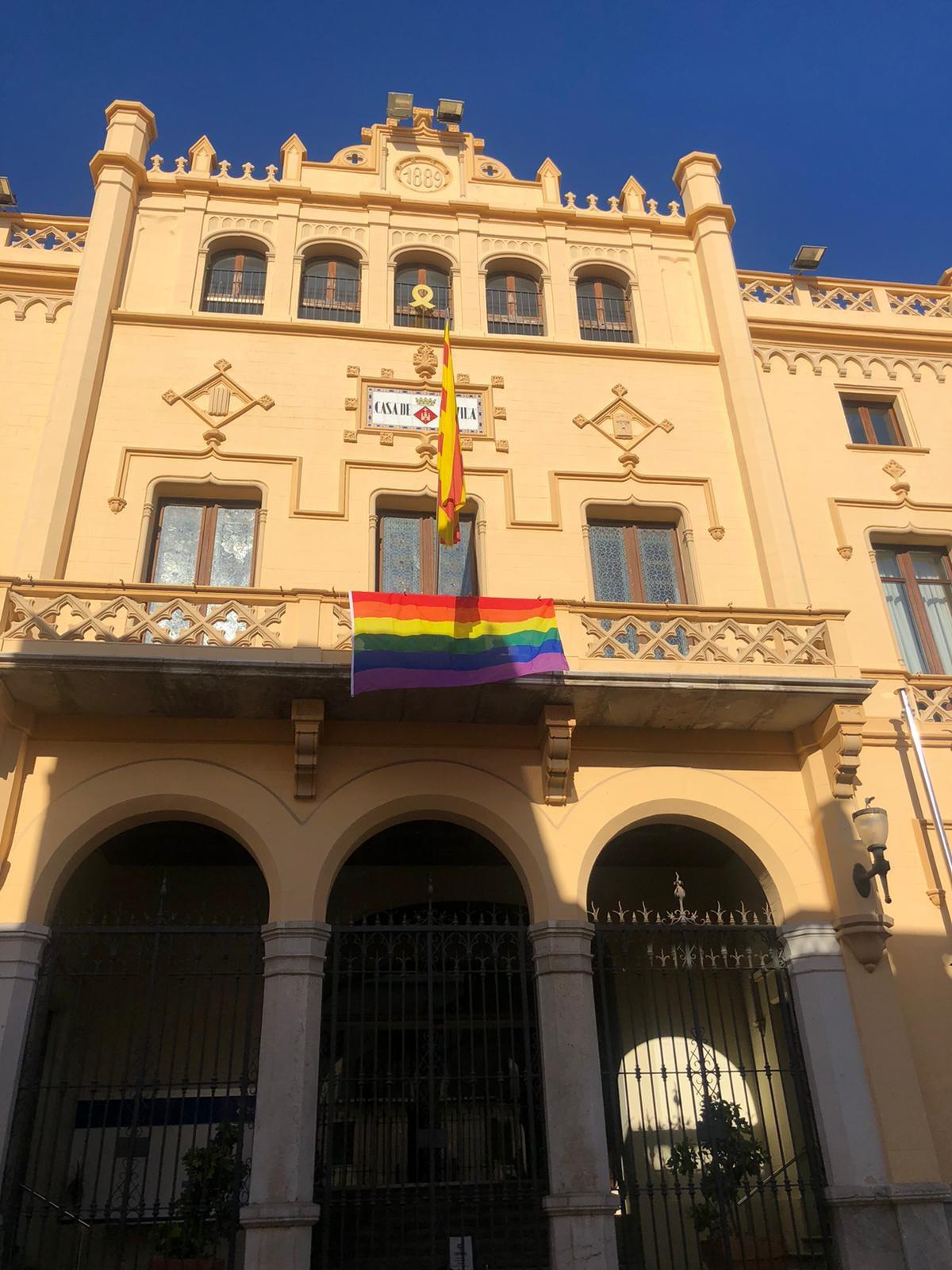La bandera LGTBI llueix a la façana de l'Ajuntament de Sitges per reivindicar l'inici del mes de l'Orgull