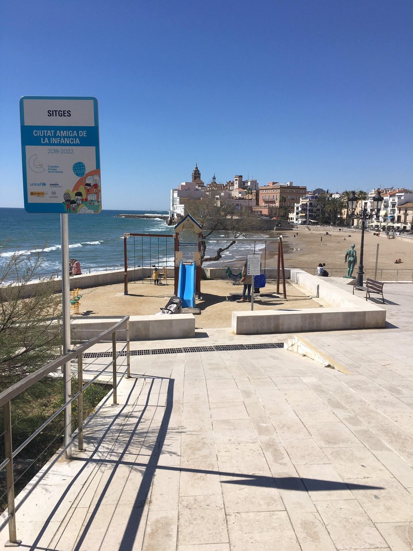 La placa està instal·lada a la plaça de l'ermita de Sant Sebastià i on es pot veure de fons una de les imatges més significatives de Sitges