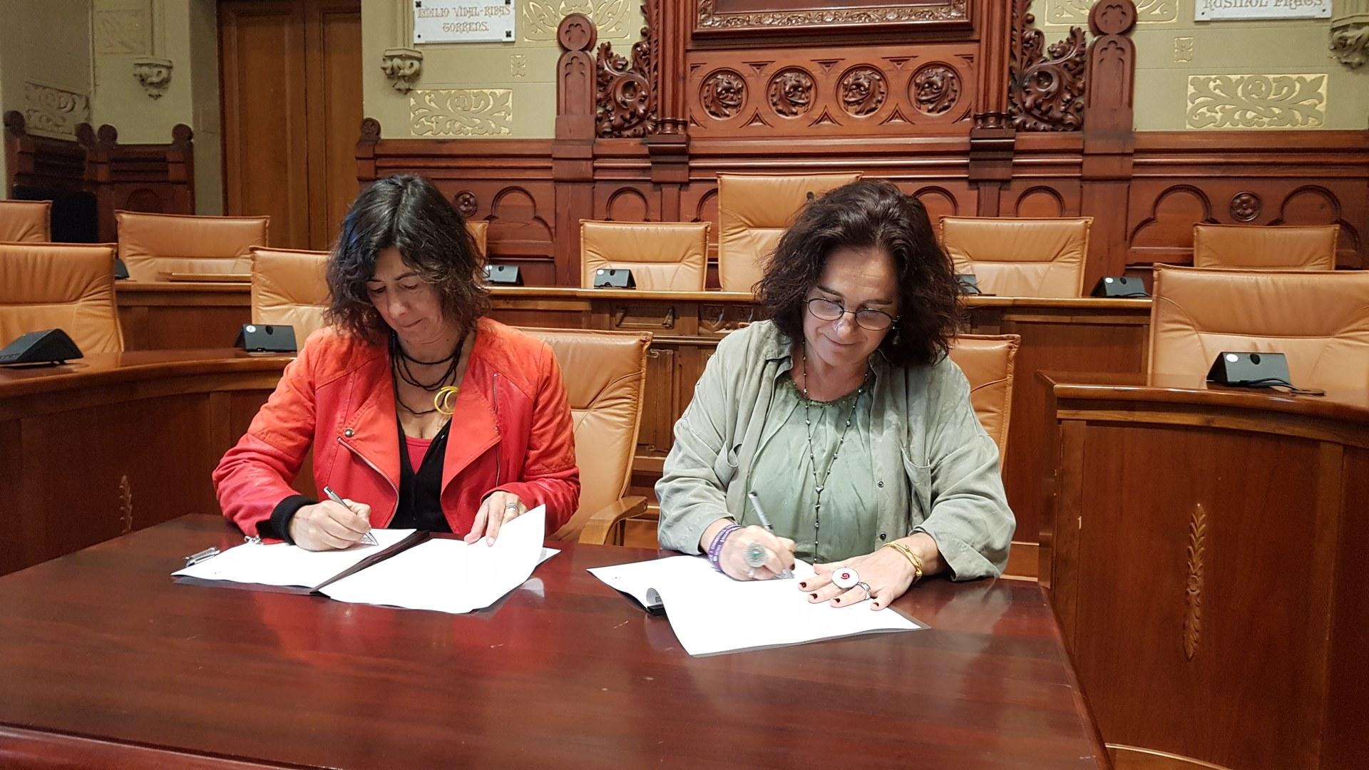 La Directora General d'Igualtat, Mireia Mata, i l'alcaldessa de Sitges, Aurora Carbonell, durant la signatura de l'acord
