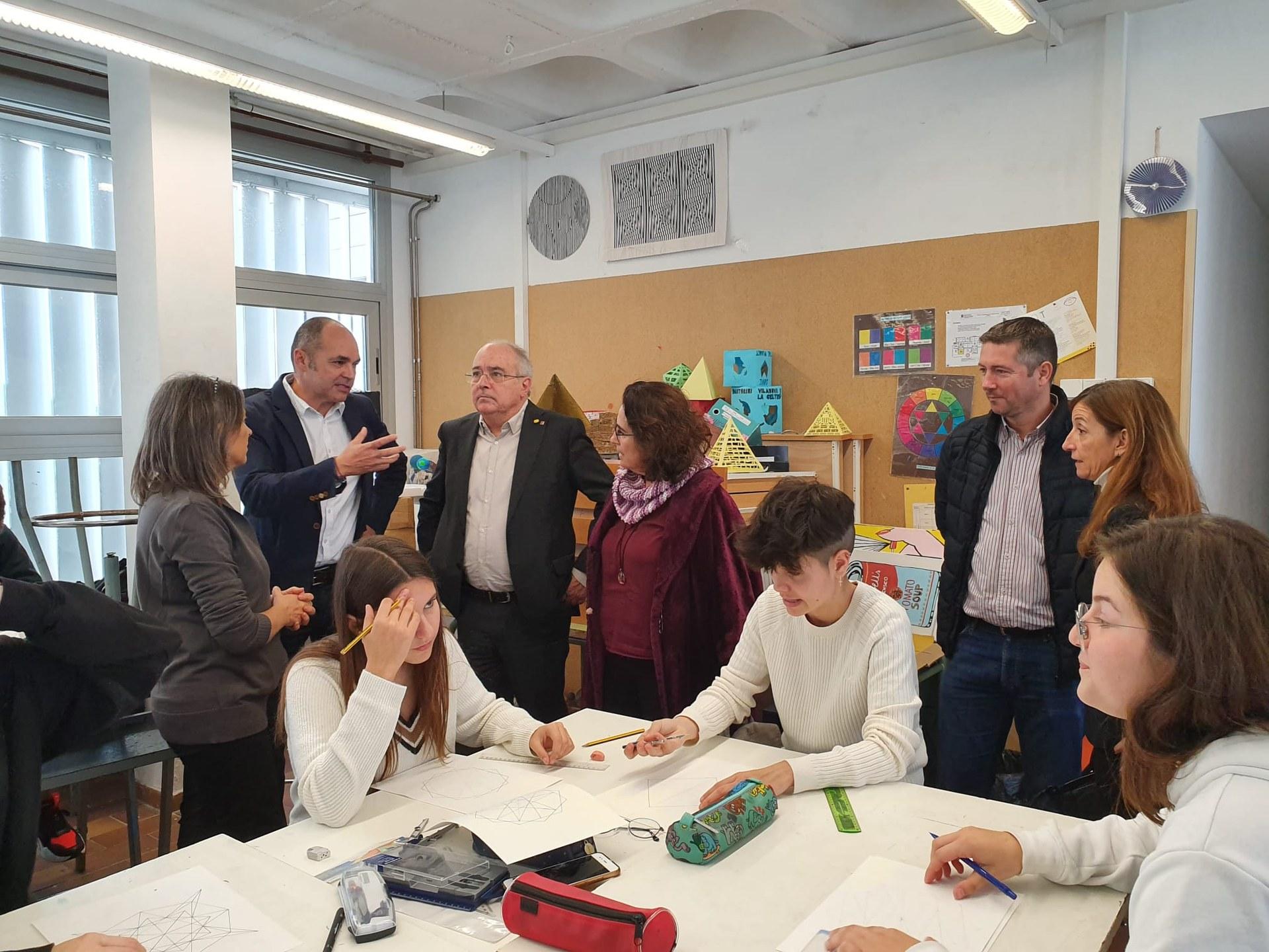 El conseller visita la nova branca del batxillerat artístic de l'Institut Joan Ramon Benaprès