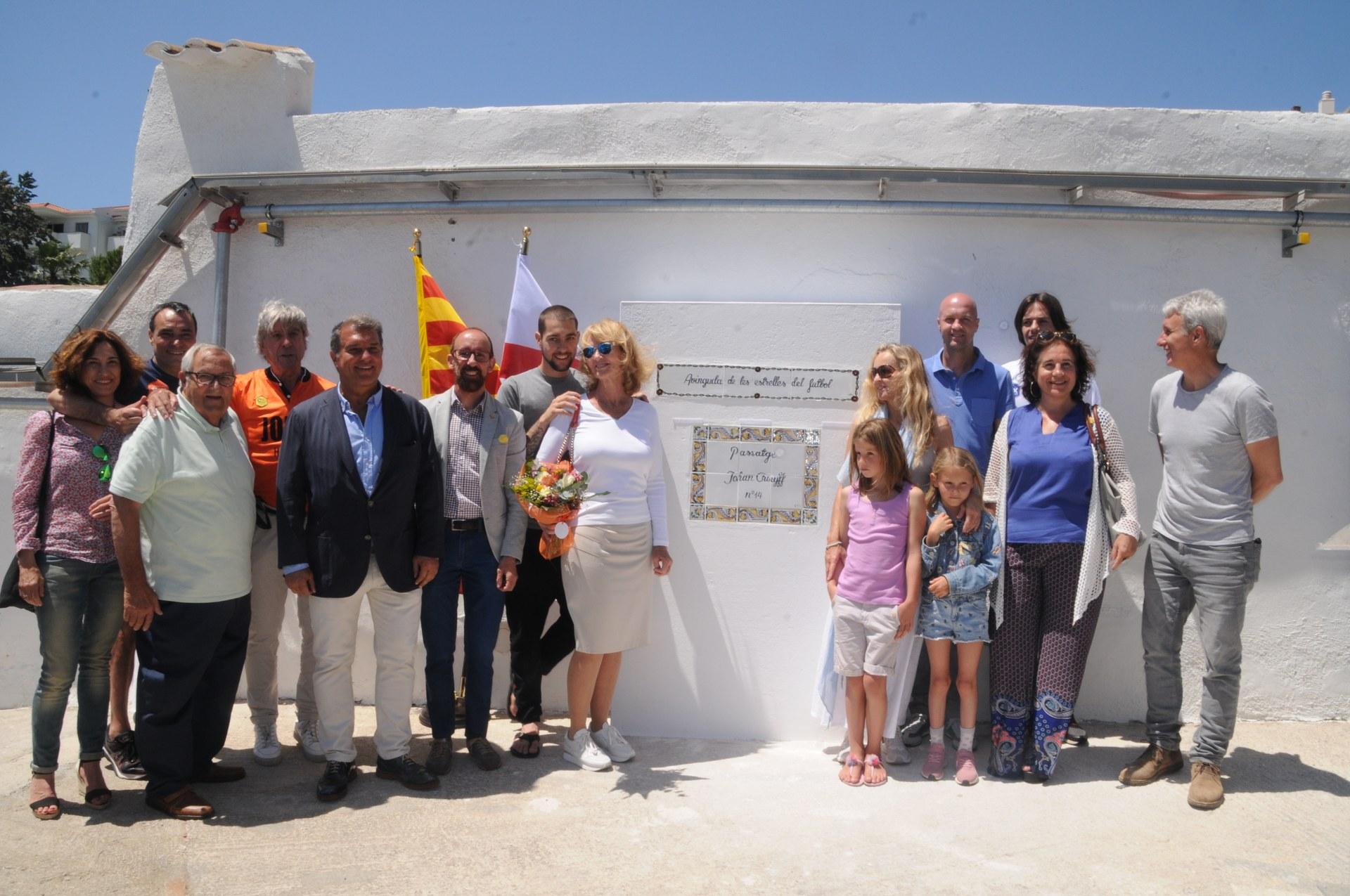 Sitges homenatja a Johan Cruyff amb una placa al Camp Municipal d'Aiguadolç