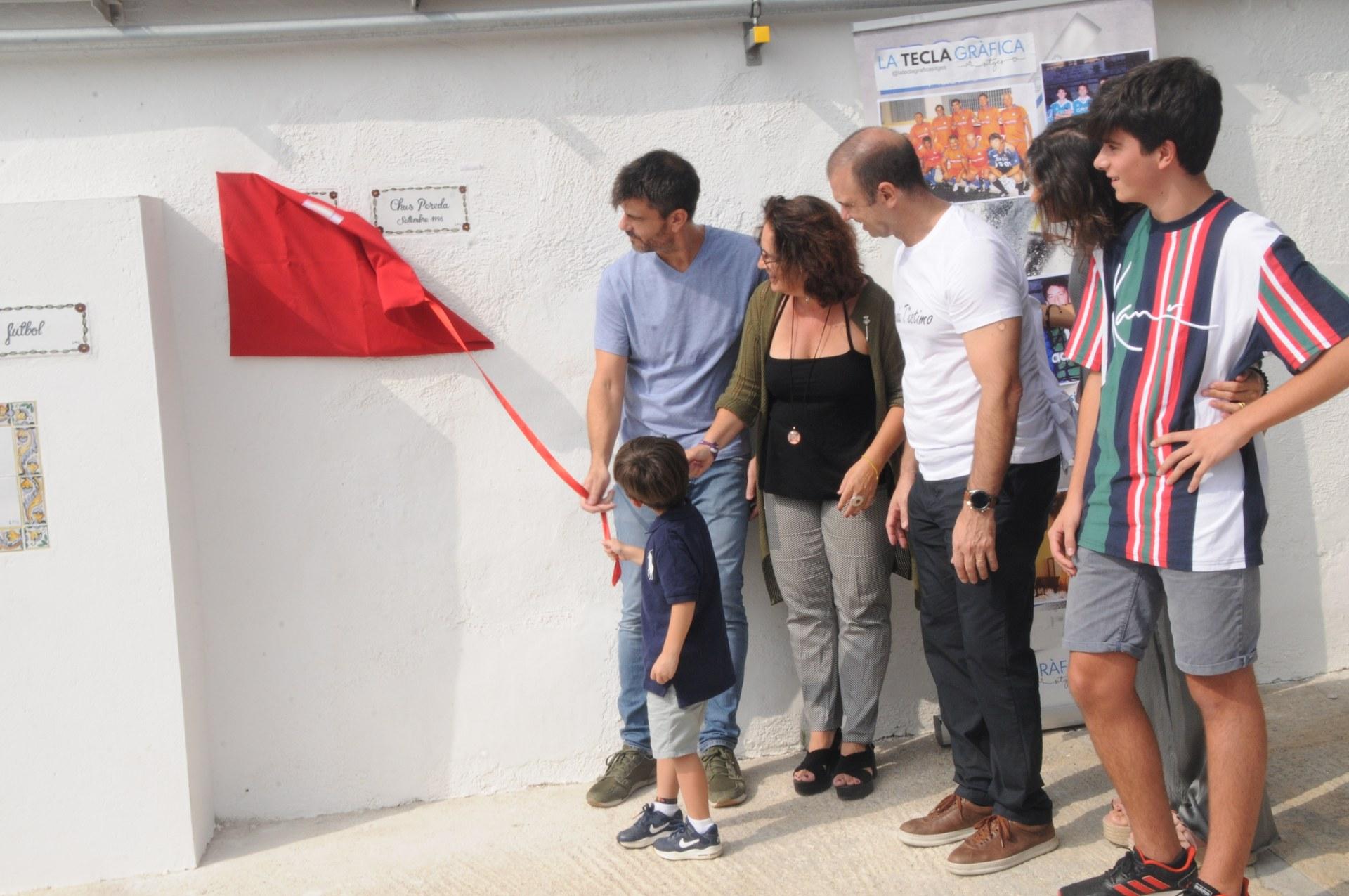 L'alcaldessa, Aurora Carbonell, i alguns dels familiars dels esportistes en el moment del descobriment de les plaques d'homenatge.