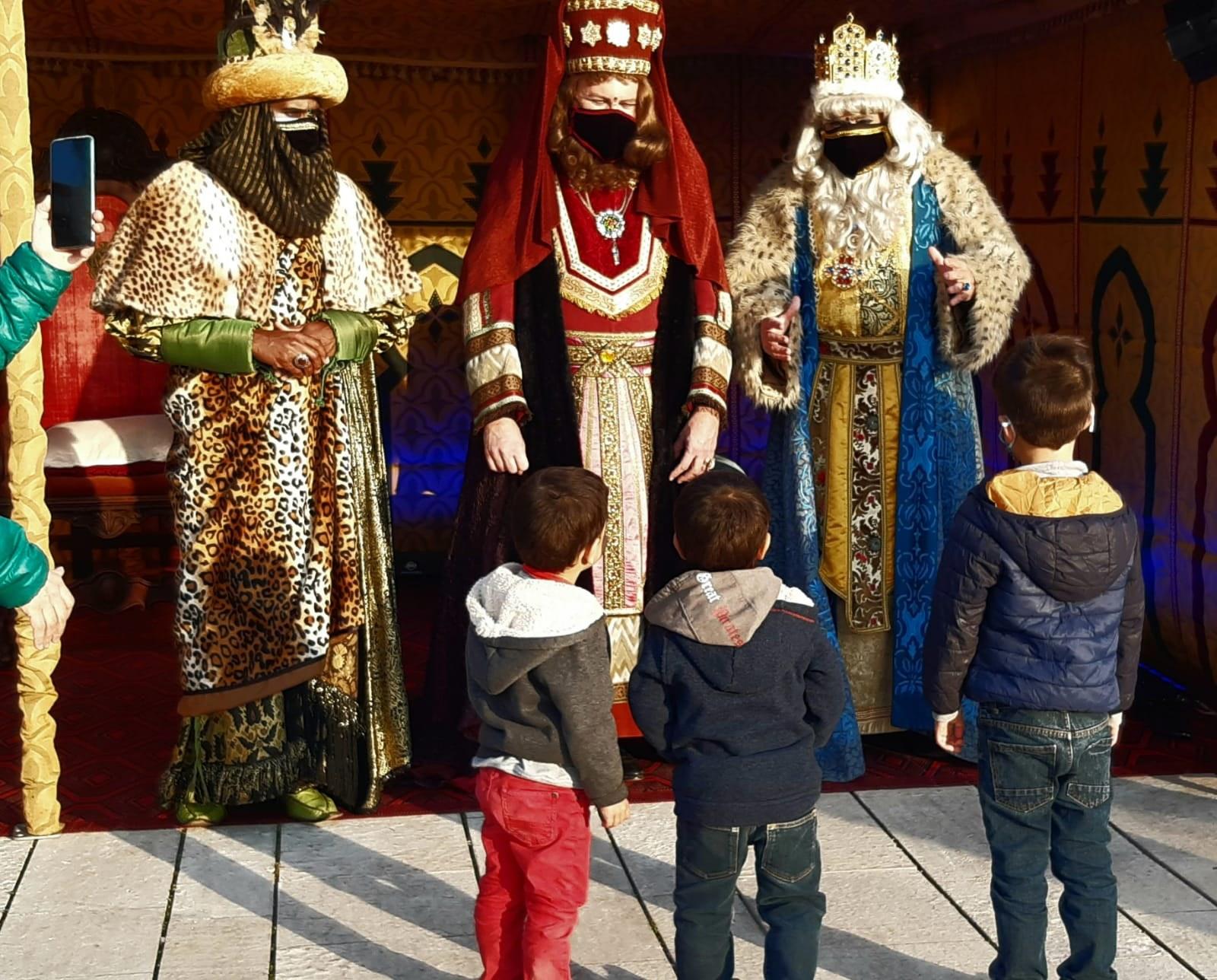 Els Reis d'Orient, amb mascareta i amb totes les mesures de seguretat, reparteixen il·lusió i regals a Sitges