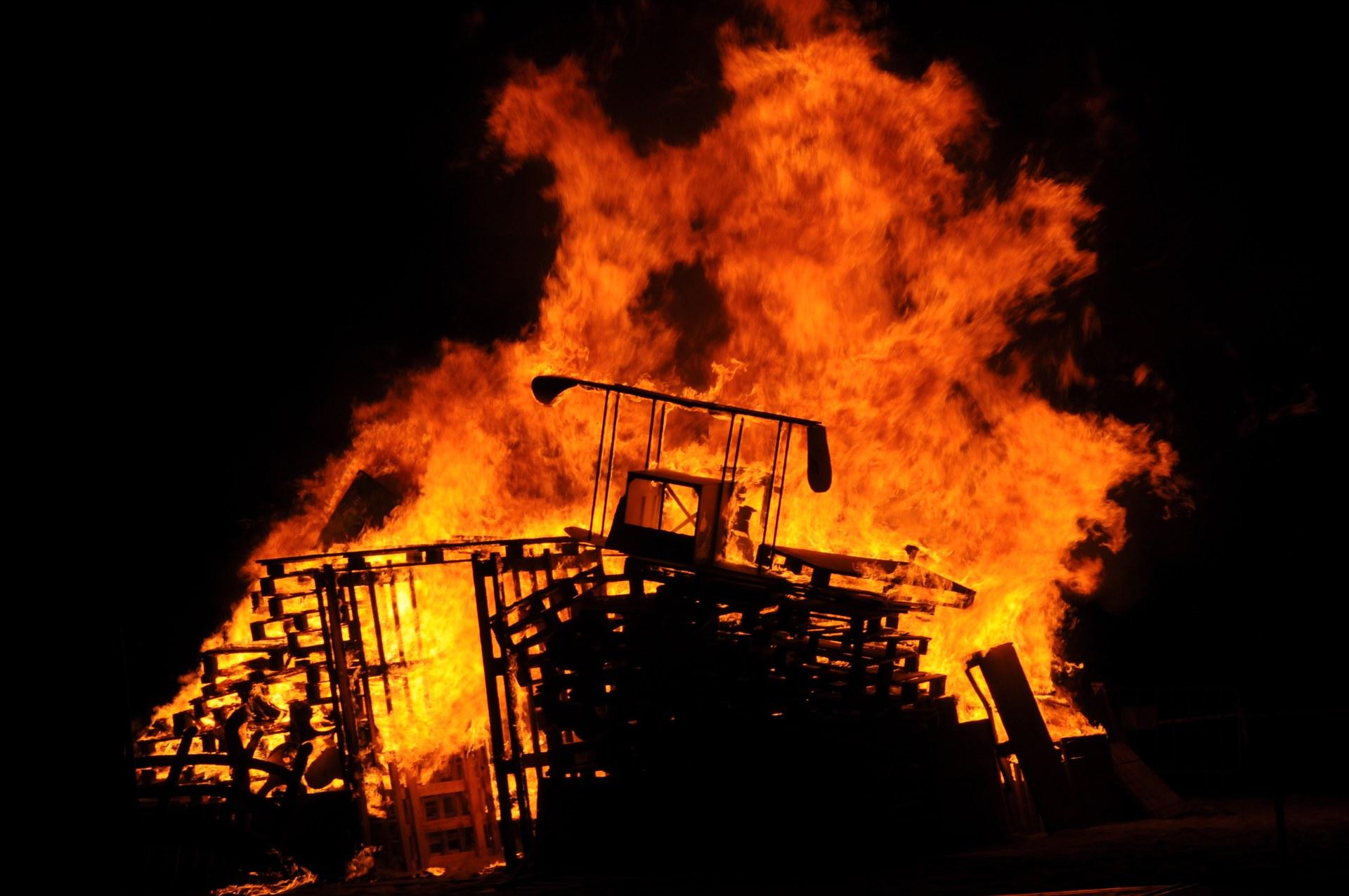 Imatges de la foguera que ha posat punt final a l'Enterro de Sa Majestat Carnestoltes