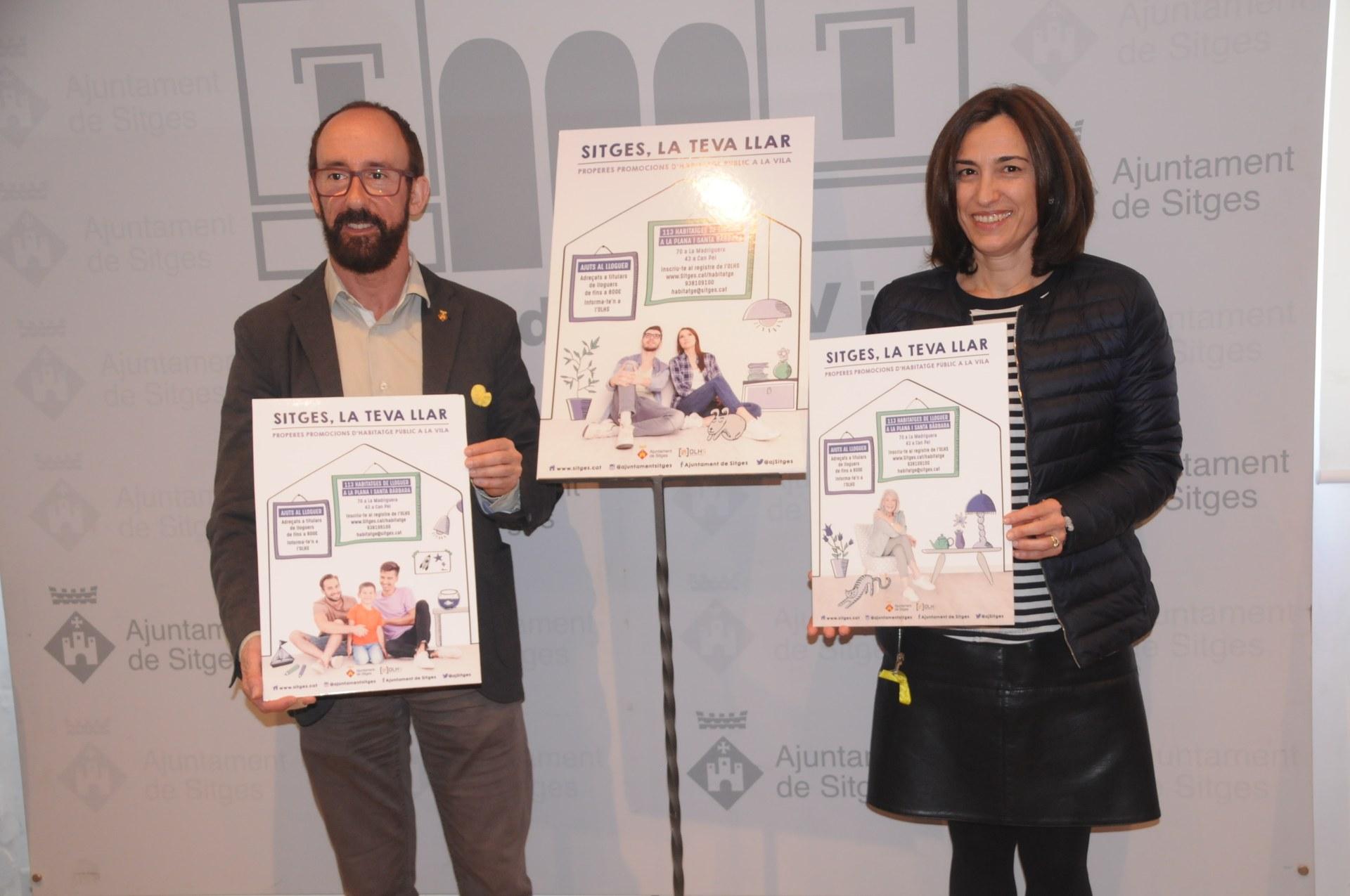 L'alcalde de Sitges, Miquel Forns, i la regidora d'Habitatge, Rosa Tubau, amb els cartells de la campanya 'Sitges, la teva llar'