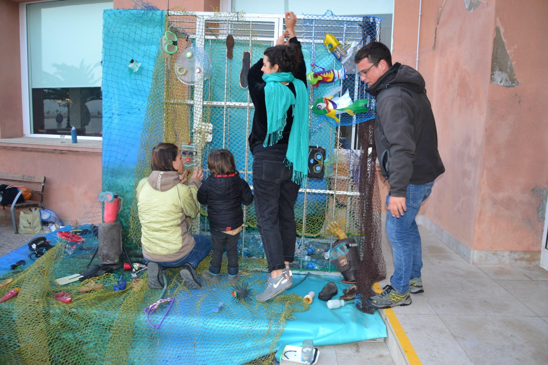 Participants al taller 'Carnaval La Mar de Plàstic'