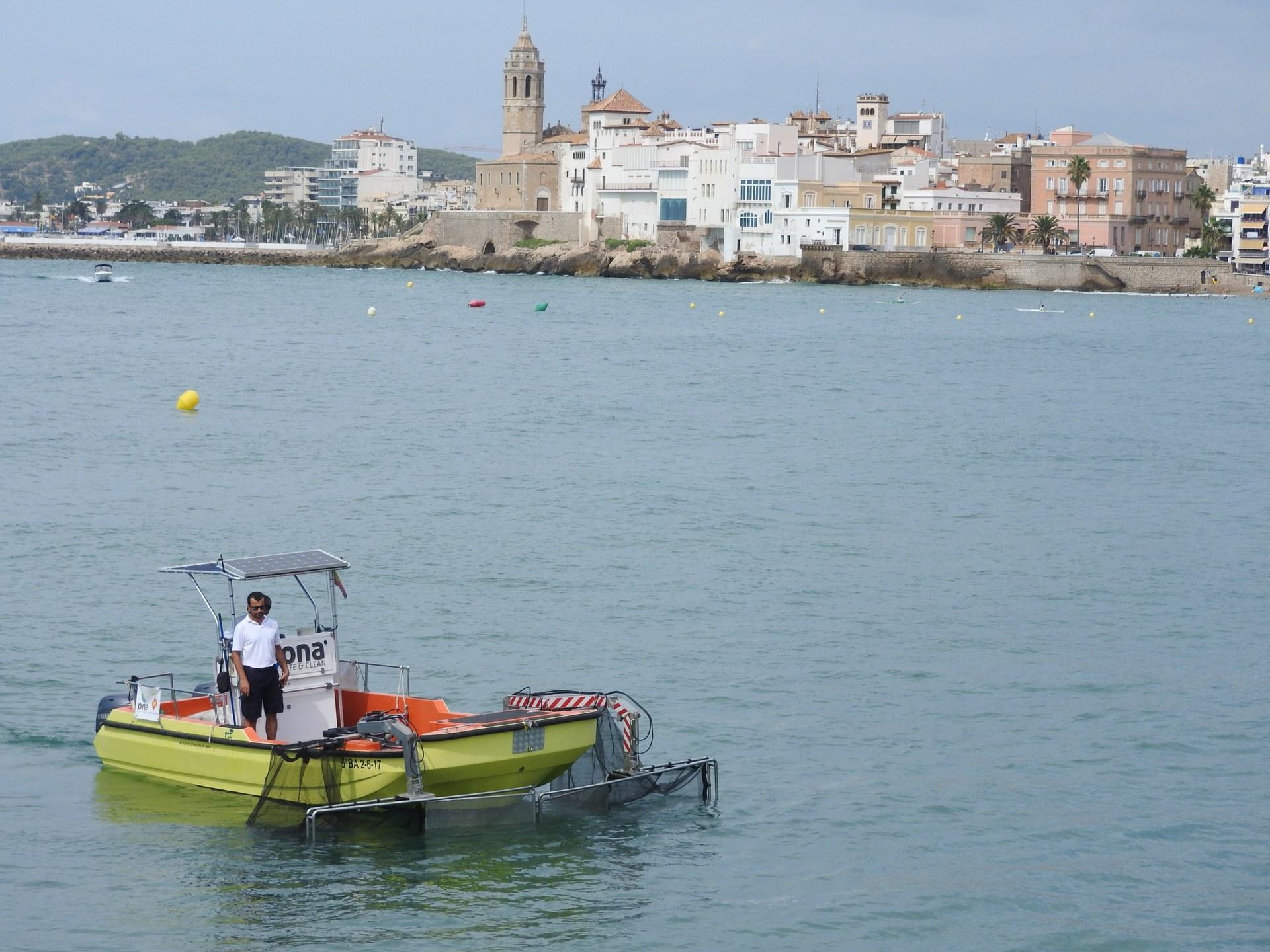 L'embarcació de neteja del litoral recull un volum de residus de 1.130 litres cúbics en un mes