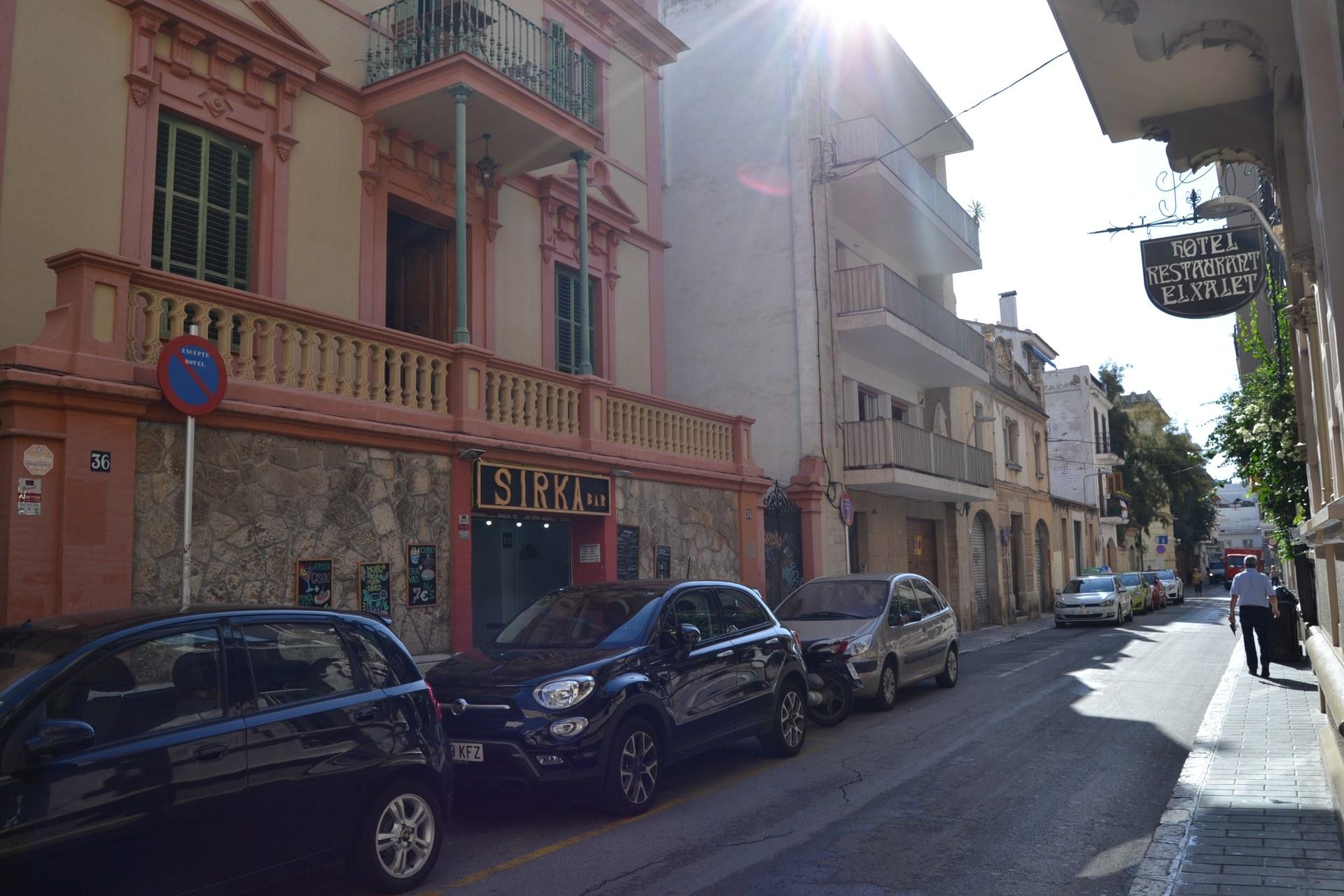 El carrer de l'Illa de Cuba serà un dels afectats pel canvi de sistema d'aparcament