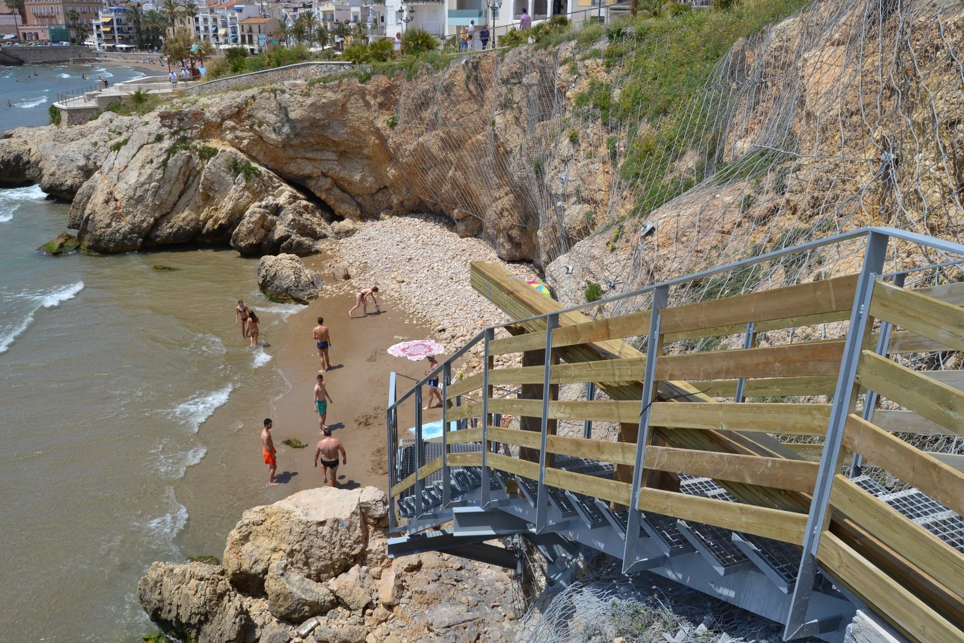 Una nova escala metàl·lica dóna accés a la platja Fonda
