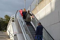 Les noves escales mecàniques del pas sota la via del tren d'Hort Gran entren en funcionament