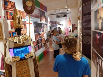 Exposició La Cubana- vigilant de sala.jpeg
