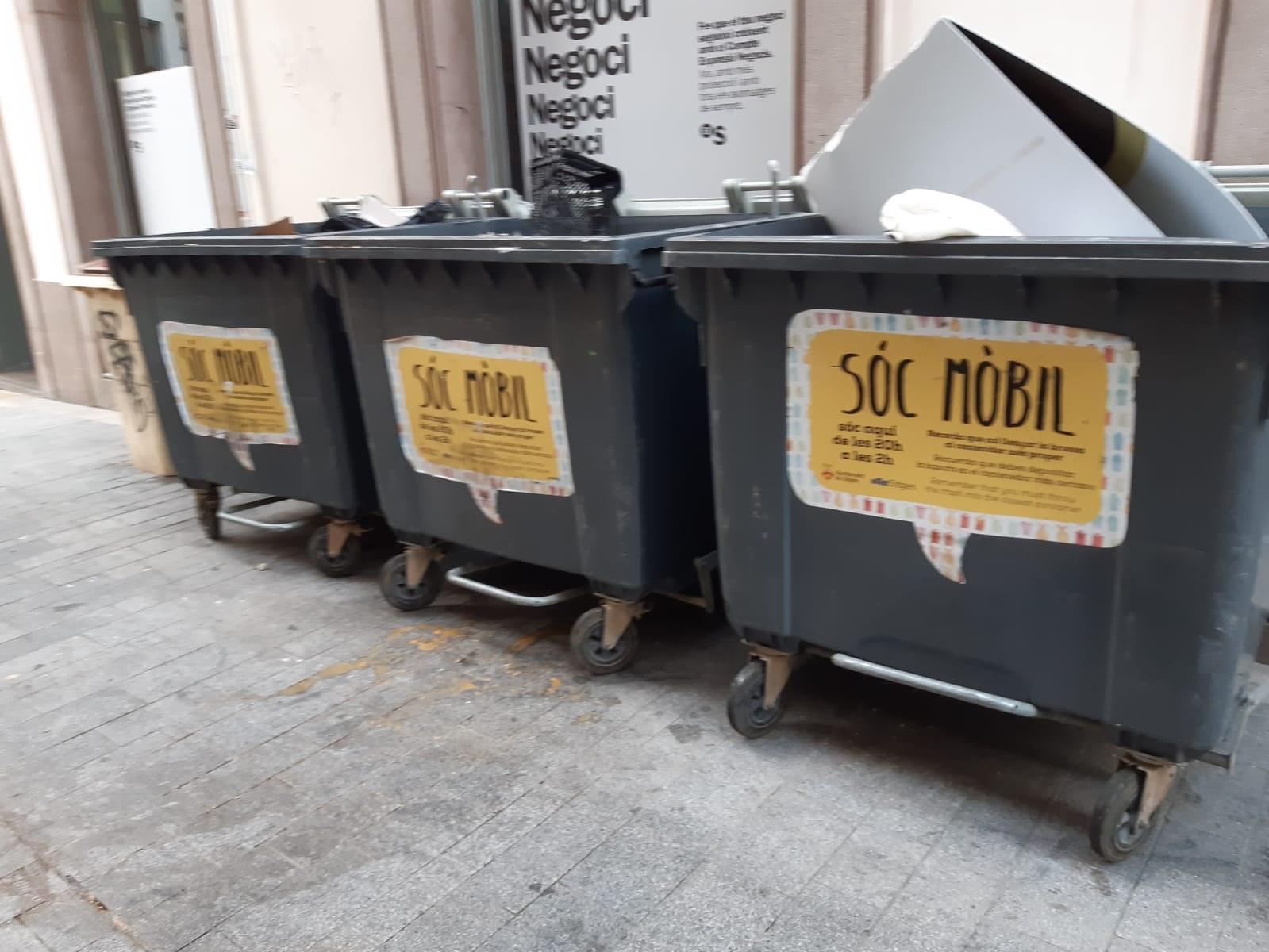 Grup de contenidors mòbils.