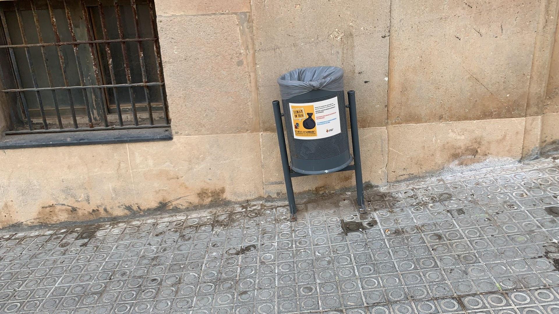 L'Ajuntament recorda que no es poden dipositar bosses de brossa a les papereres