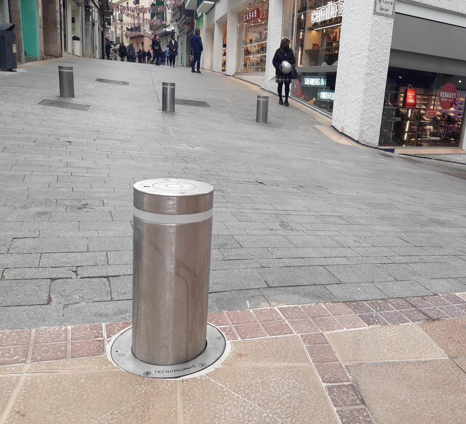 El carrer de les Parellades canvia el sistema de topalls per facilitar l'entrada en cas d'emergències