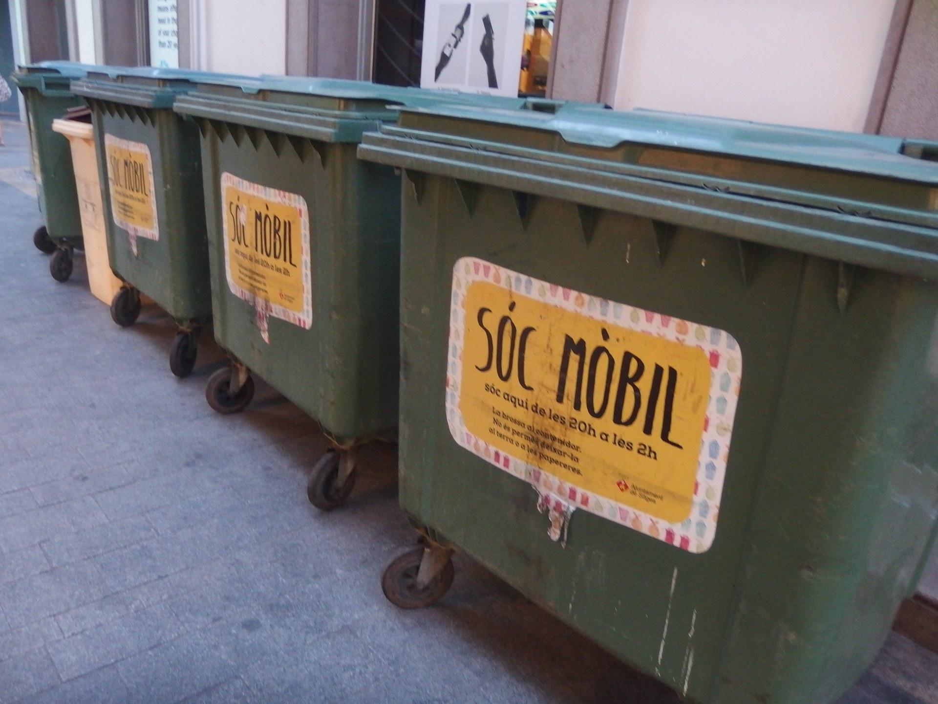 Els contenidors de brossa del centre quedaran fixes durant el confinament