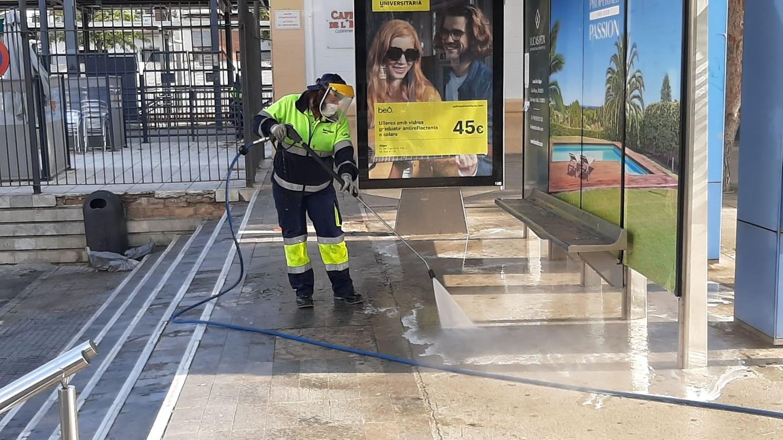 El servei intensifica la neteja amb aigua i desinfectant